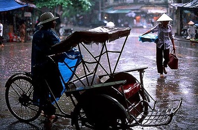 Cyclo_driver_in_storm_hanoi